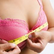 donna in reggiseno che misura la circonferenza del proprio seno