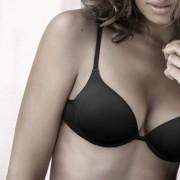 donna in intimo con dettaglio sul seno perfetto
